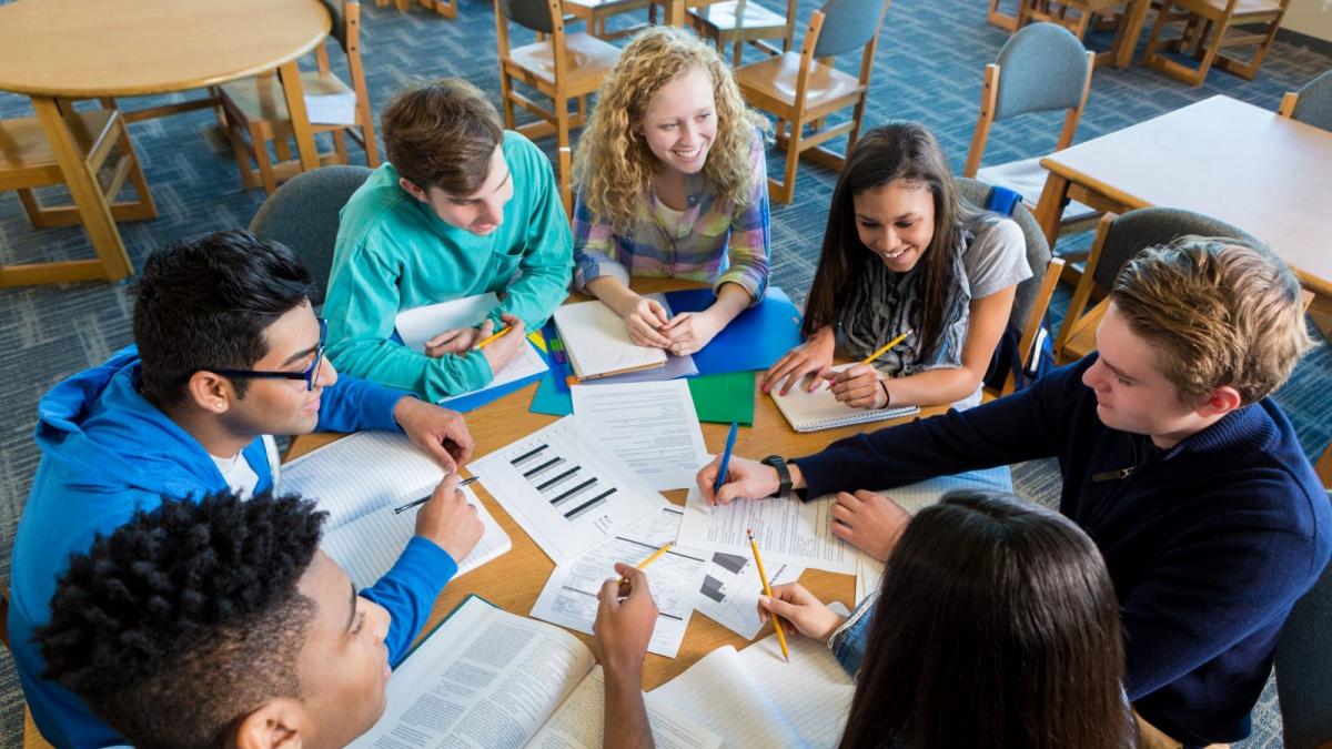 Bild zu Teamgeist und Individualität: Damit junge Menschen sich ideal entwickeln können, setzen wir bewusst auf Lerngruppen, aber auch auf Einzelförderung. So entfalten sich Talente und Schülerinnen und Schüler machen die Erfahrung, im Team etwas auf die Beine zu stellen.