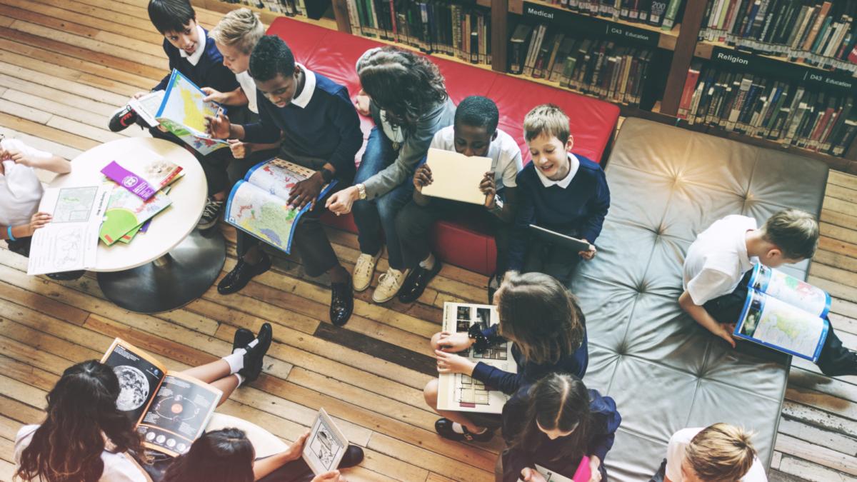 Bild zu Internatspädagogik darf nicht stehenbleiben – sondern braucht selbst immer Entwicklung. Deshalb sind Reflexions- und Supervisionsprozesse fest im Alltag verankert, wie auch in den Qualitätskriterien beschrieben. Die einzelnen Einrichtungen stehen über den Verband katholischer Internate und Tagesinternate (VKIT) im engen Austausch. Vor Ort sind es Internatspädagoginnen und -pädagogen, Seelsorgende, Leitungskräfte, pädagogische Fachkräfte und Lehrpersonal sowie weitere Fachkräfte die sicherstellen, dass katholische Internate und Tagesinternate Orte sind, an denen sich junge Menschen sicher, selbstbewusst und mit Freude entwickeln.